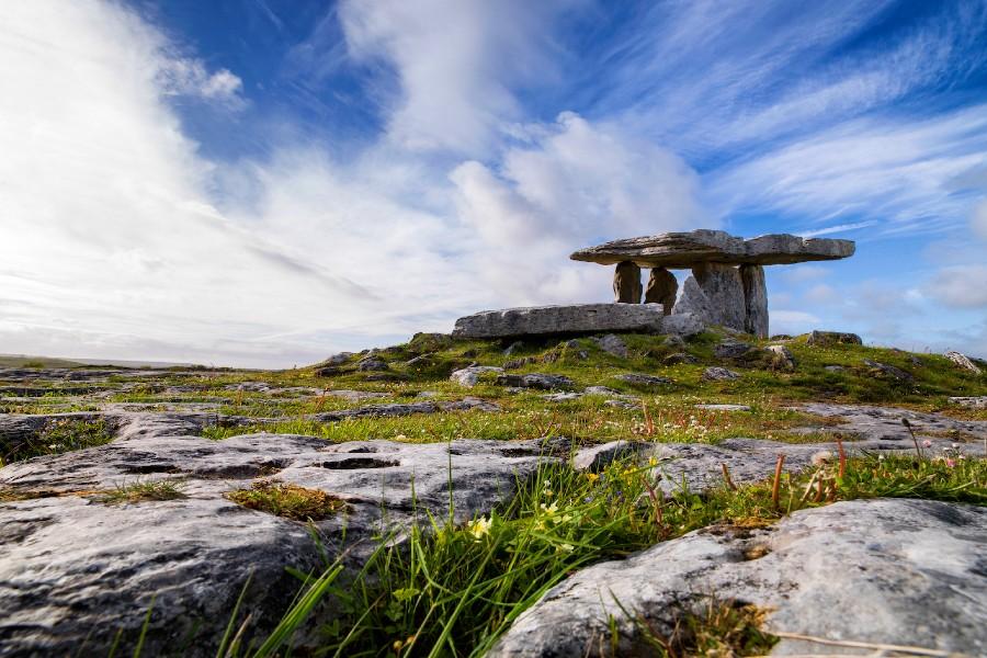 Wie von einer anderen Welt: der Poulnabrone Dolmen im Burren Nationalpark. Bild: Irland Information Tourism Ireland